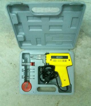 Pistola de soldar con accesorios en maletín