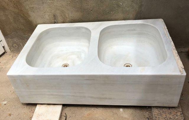 fregadero doble de mármol blanco