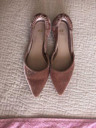 Zapato rosa de punta aterciopelado