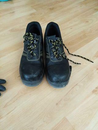 zapatos y guantes de trabajo