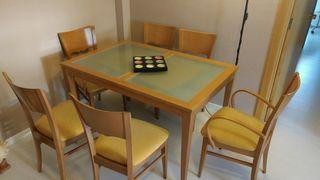 Mesa Salón y sillas acolchadas.