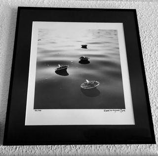 Foto de velas en el agua ya enmarcada