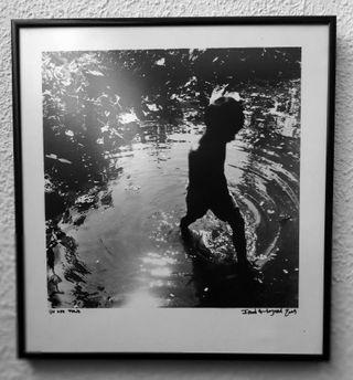 Foto de niño jugando con agua ya enmarcada