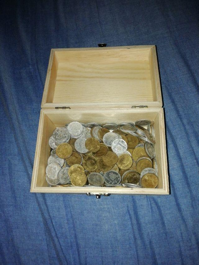 lote de monedas antiguas y un billete