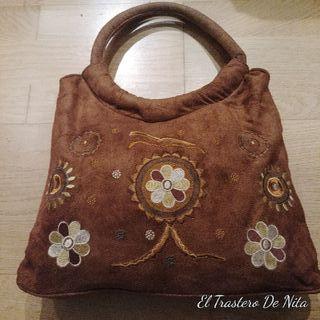 bolso de mano de terciopelo y flores bordadas