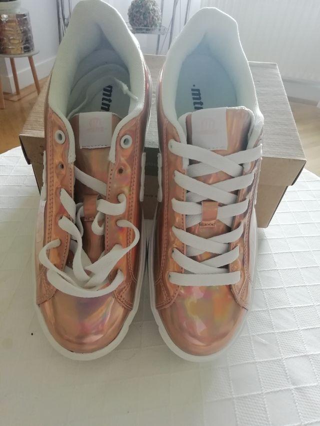 zapatillas doradas con plataforma