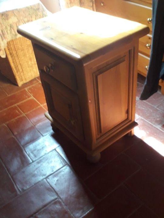 dos muebles de pino (iguales)