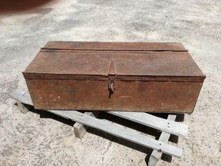 Cajón/baúl/arcón de hierro antiguo.