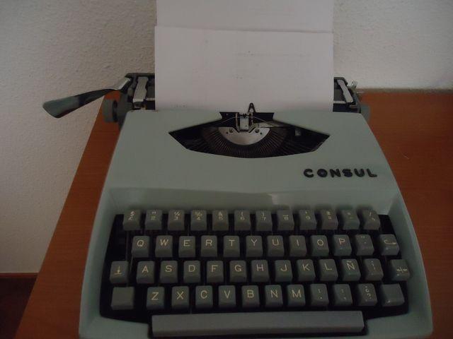 máquina de escribir antigua Consul