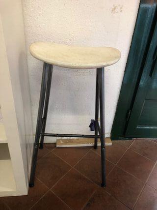 Se vende silla taburete alto blancos de plástico