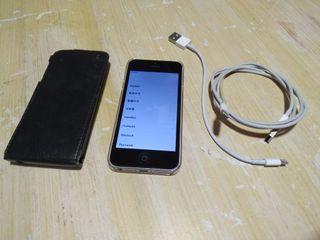 Apple Iphone 5 con fundas y cable.