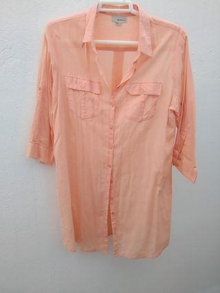 Camisa de verano larga color coral. Talla M