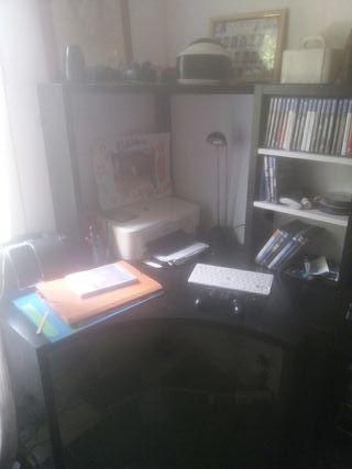 Escritorio con pizarra y estantes.
