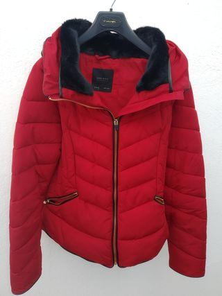 Plumas corto rojo de Zara. Talla M