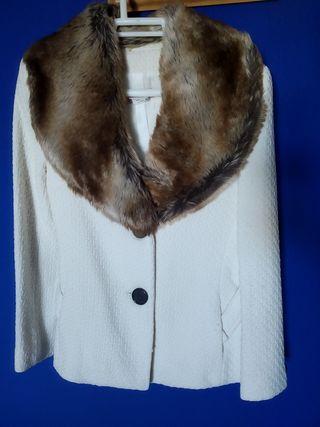 Abrigo-chaqueta blanco con cuello de pelo