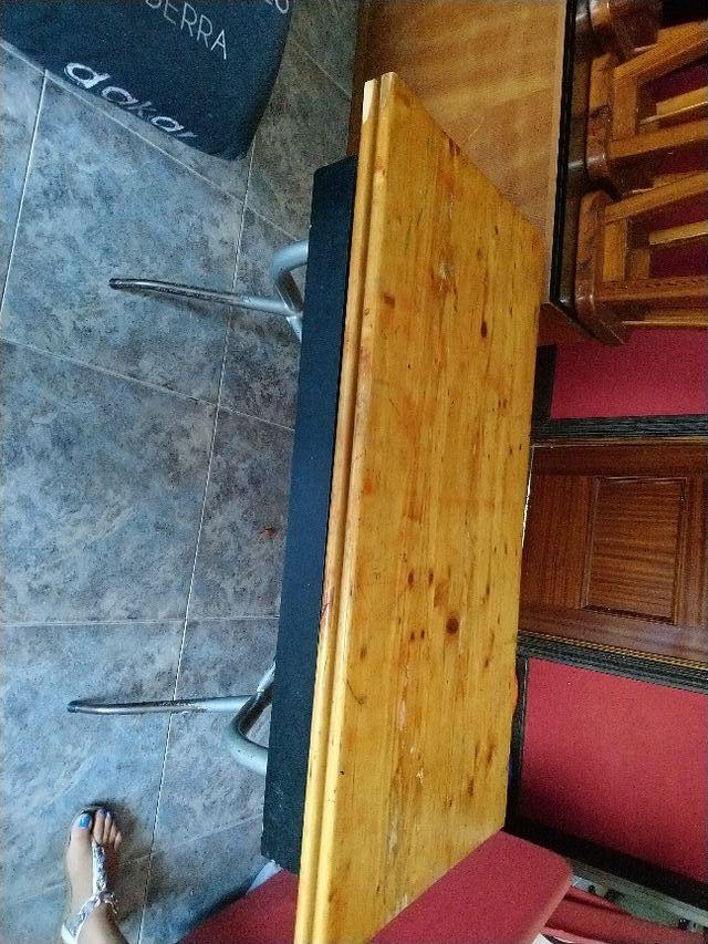 Mesa de comedor plegable con 5 bancos