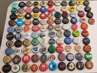104 chapas de cerveza, todas distintas.