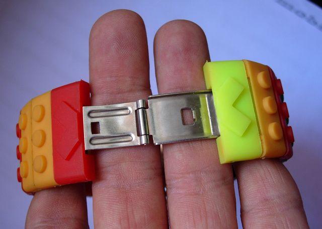 Reloj digital retro con diseño Lego