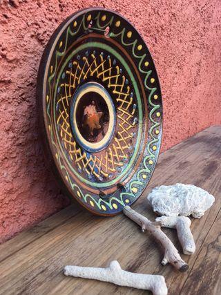 Antiguo plato de cerámica esmaltada
