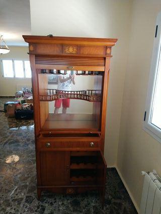 Muebles con marquetería y espejo