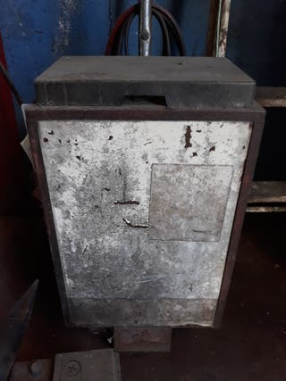 Cargador industrial de baterias de 12 voltios.