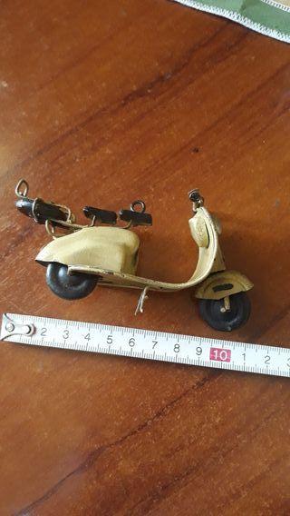 Moto vespa antigua en miniatura