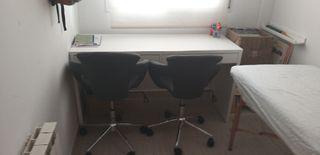 Escritorio con dos sillas