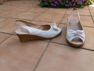 zapatos de cuña blancos