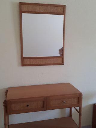 mesa y espejo de recibidor