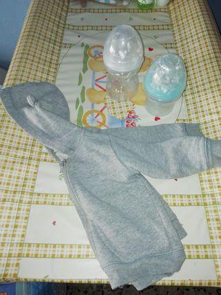 chaqueta de bebe y biberones con forma del pezón
