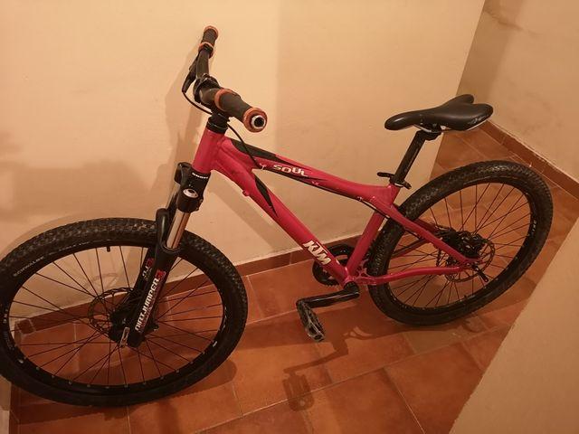 bicicleta KTM con un solo piñón