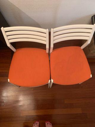Sillas tapizadas naranjas.