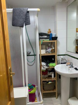 Estanteria baño + cesta de mimbre