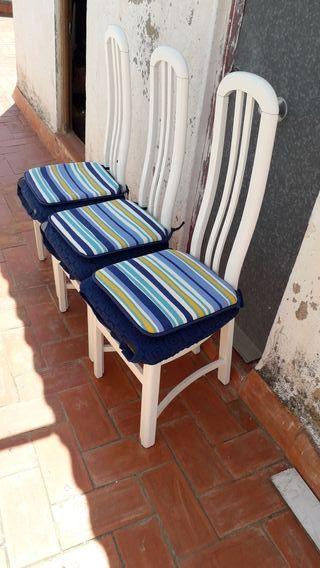 Cuatro sillas.