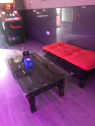 Mesa y banco con cojines