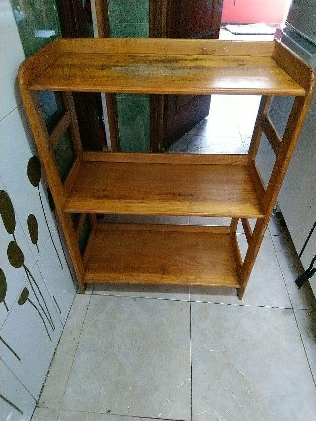 estantería de madera de pino