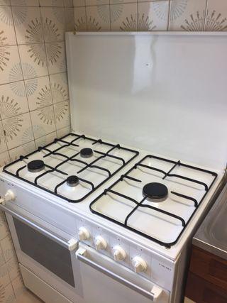 Cocina a gas con horno y porta-bombonas