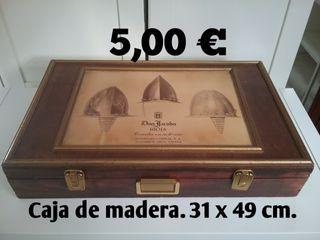 Caja de madera grande.