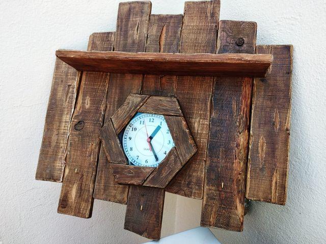 reloj de madera con estantería