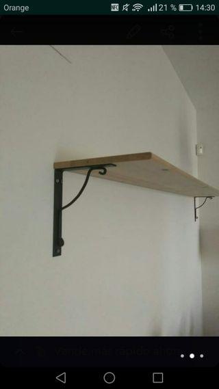 Estantería madera con dos soportes negros