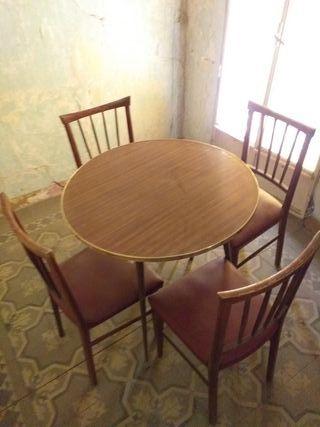 Conjunto de mesa y sillas vintage