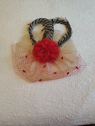 Tocado de boda rojo y beige