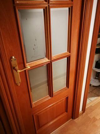 Puerta vidriera maciza color cerezo