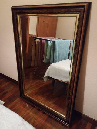Espejo con moldura de madera y acabado color oro