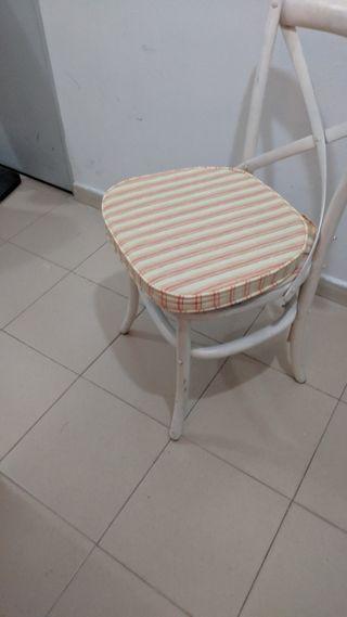 cuatro sillas de Becara.