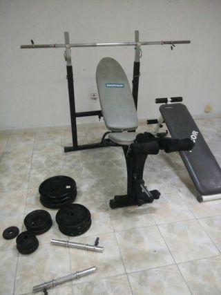 Gimnasio. Banco de pesas. Tabla abdominales