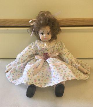 Muñeca antigua de trapo y porcelana