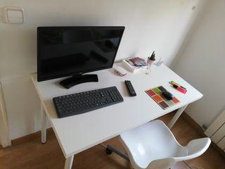 Silla y mesa de escritorio