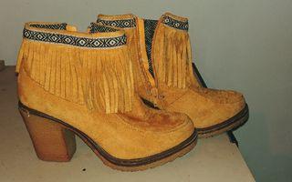 Botas amarillas tipo indio