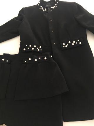 Traje falda y chaqueta Zara con perlas